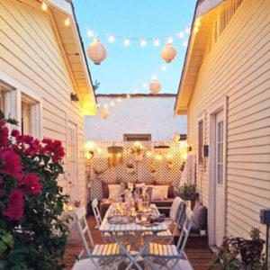 Kleine tuin met witte inrichting
